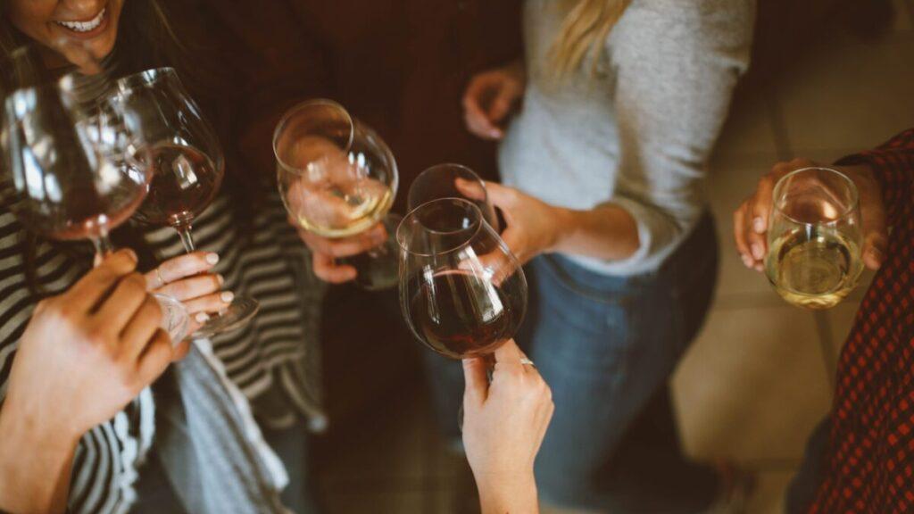 ワイングラスで乾杯をする人たち