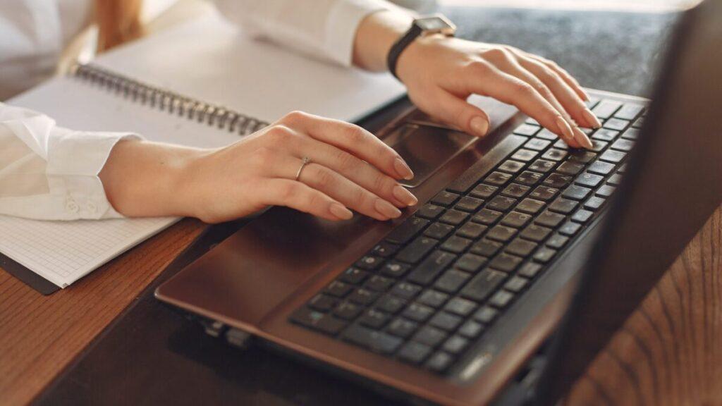 パソコンのキーボードをタイプしている