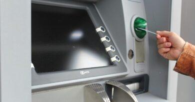 ATMにカードを挿入している人