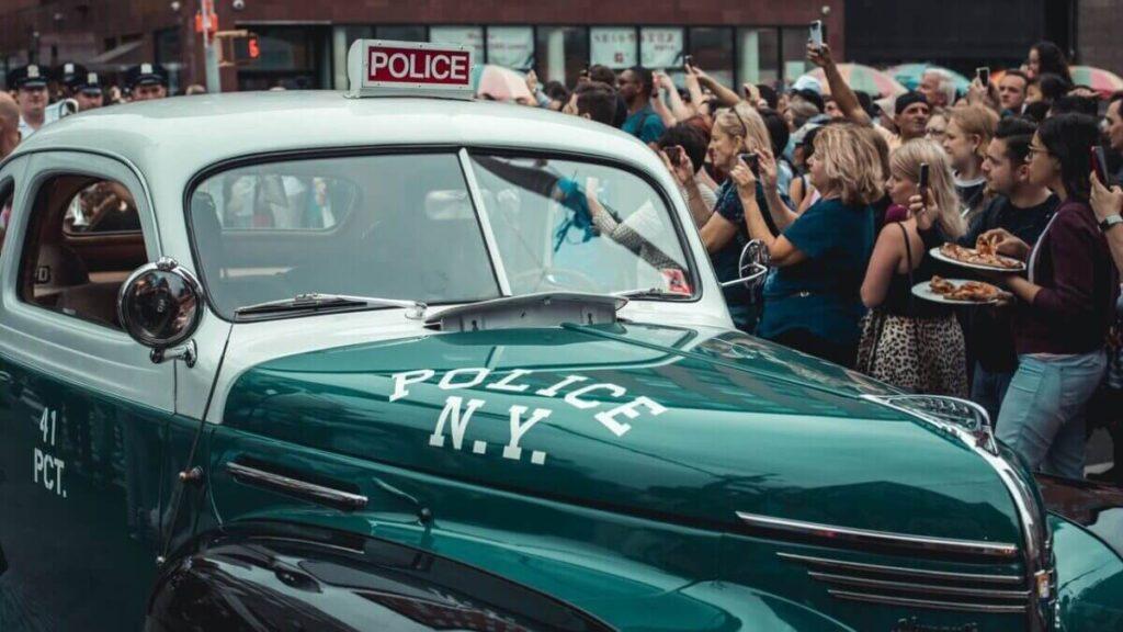 警察の車の周りにあつまる野次馬