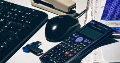 机の上に置いてある電卓