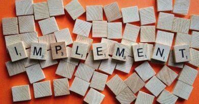アルファベットのブロックを組み合わせて作ったimplementという文字