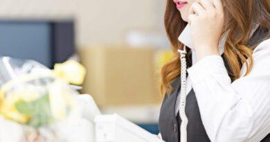 電話で話す受付の女性