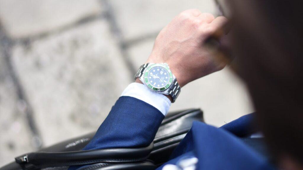 腕時計を見るビジネスマン