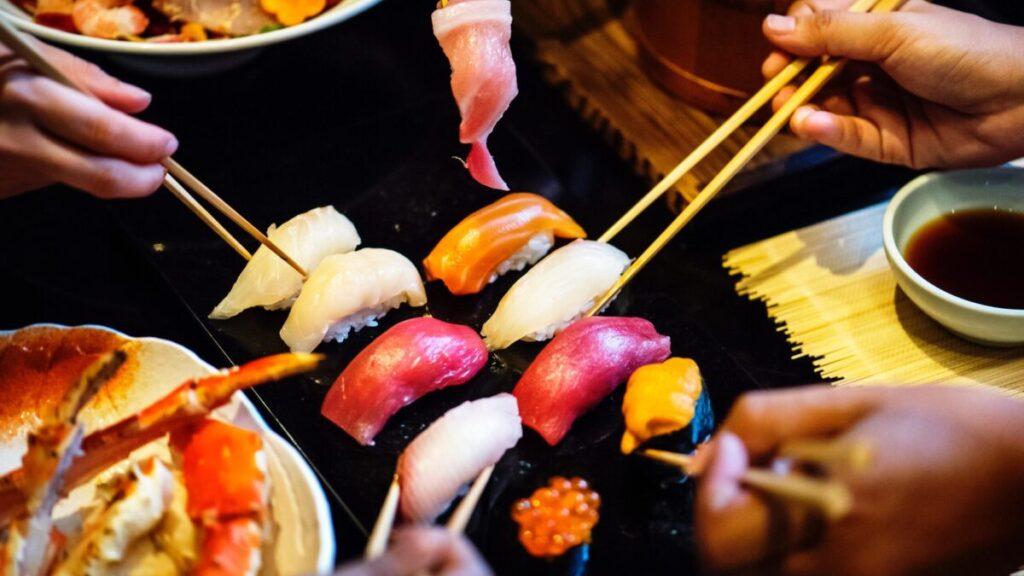 寿司を食べる人達