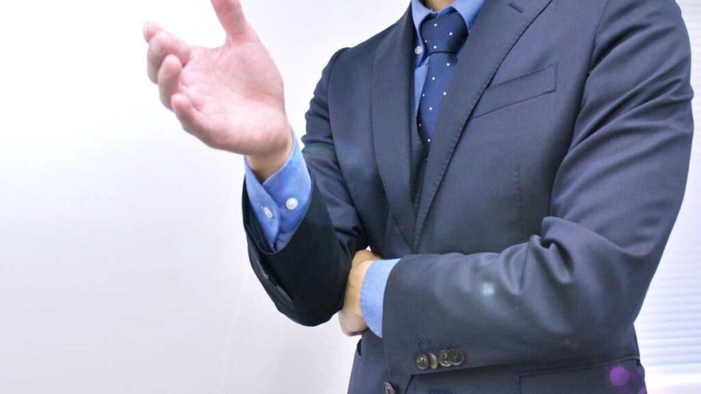 ボディジェスチャーを使っている説明している男性の首から下上半身
