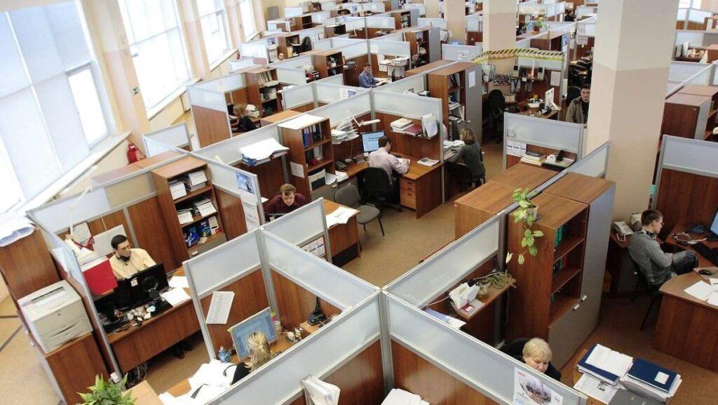 オフィスのキュービクルで働く人たちを上から見た様子