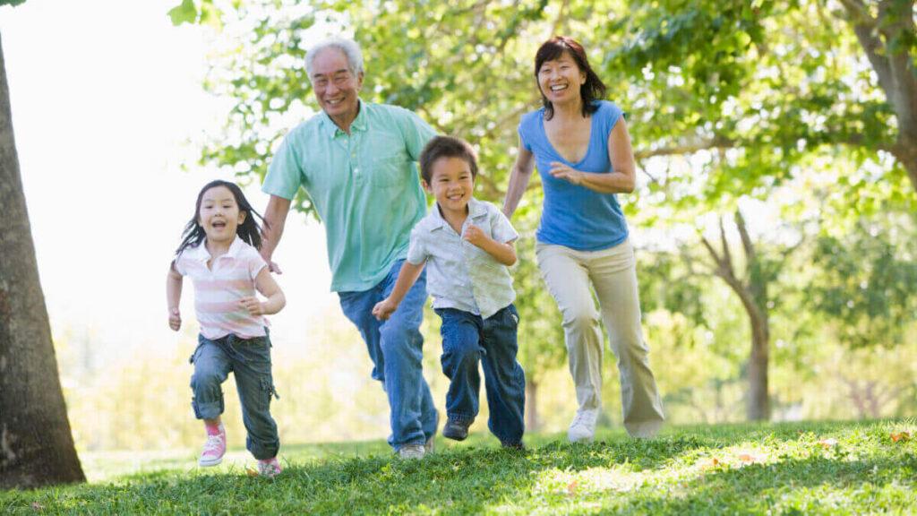 外で楽しそうに走る、日本人のおじいさん、お母さん、子供二人