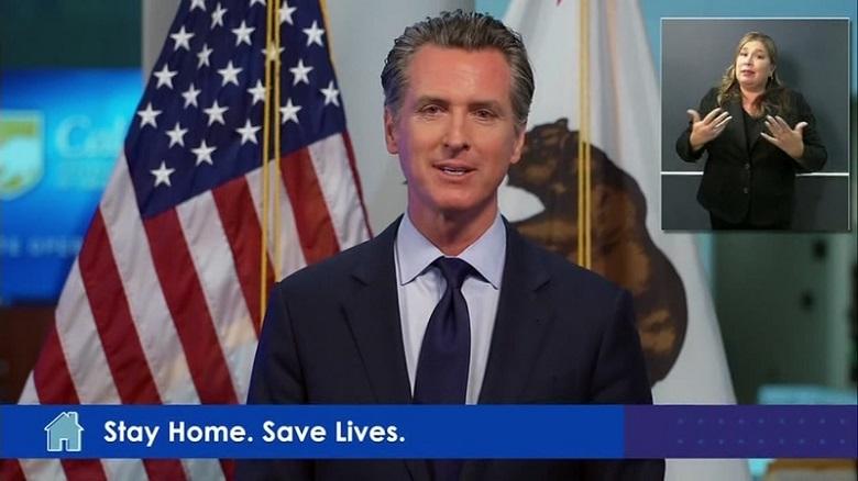テレビで話すカリフォルニアの知事