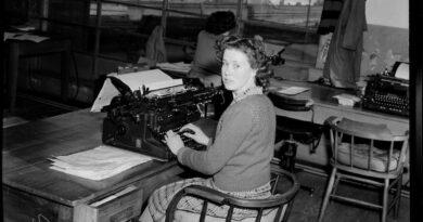 タイプライターを使う女性