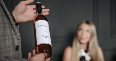 ソムリエがお勧めのワインを持っている