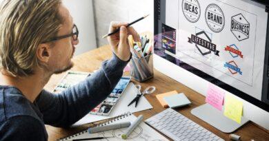 デスクトップでロゴをデザインする男性